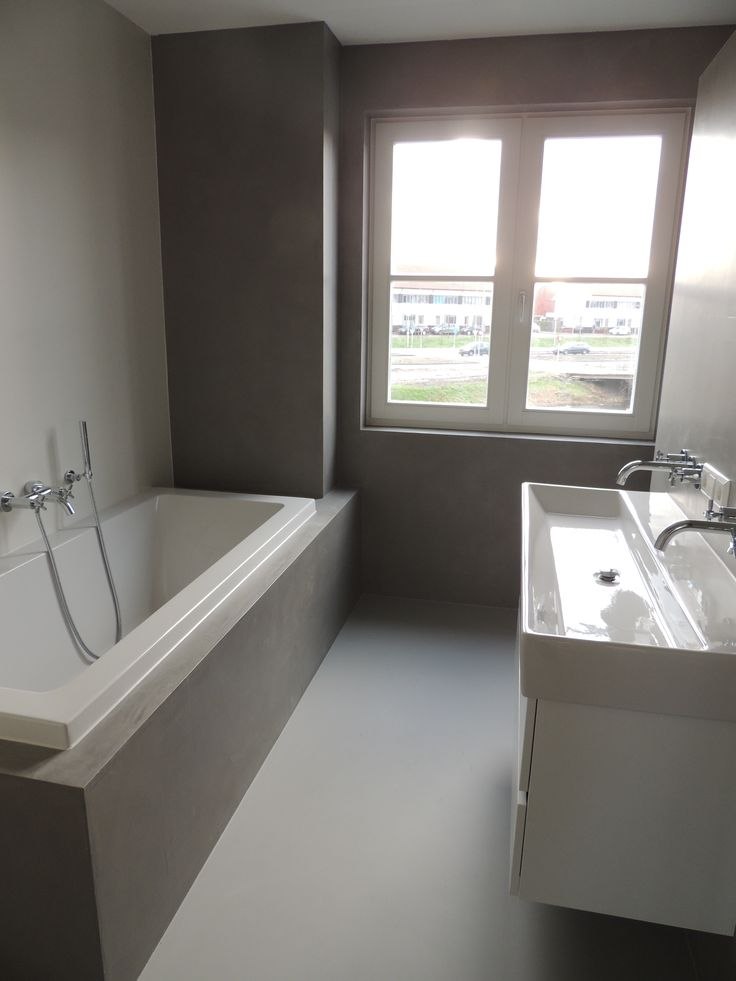 Strakke Design badkamer met een DesignGietvloer en StoneWall wandafwerking. Vraag nu een offerte aan via www.designgietvloer.nl