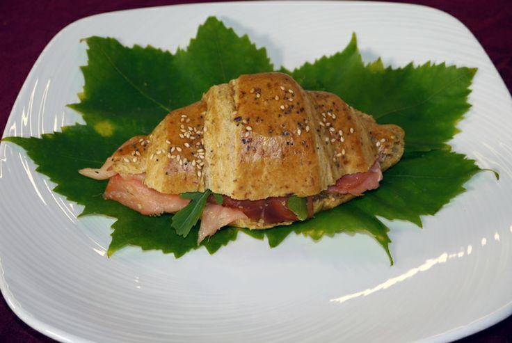 Un'idea sfiziosa per il #brunch? Un #cornetto ai #cereali con philadelphia, #salmone affumicato e #rucola: http://www.saporie.com/it/doc-s-26-10782-1-cornetto_ai_cereali_con_philadelphia%2C_salmone_affumicato_e_rucola.aspx #ricetta