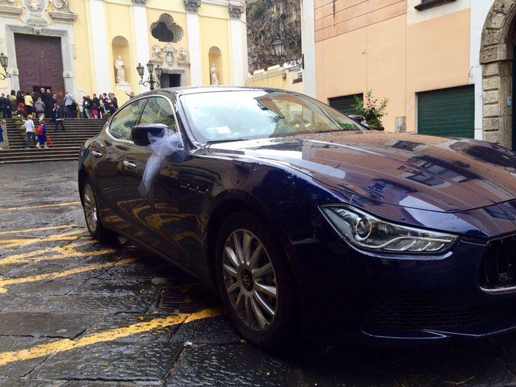 La Maserati Ghibli è un'auto elegante e confortevole dalla linea sportiva e grintosa. Moderna e raffinata è perfetta come auto per cerimonie