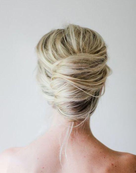 """Klassische Banane als """"messy"""" Variante. mit einer Haarbrosche, echten Blumen eine sehr festliche Frisur"""