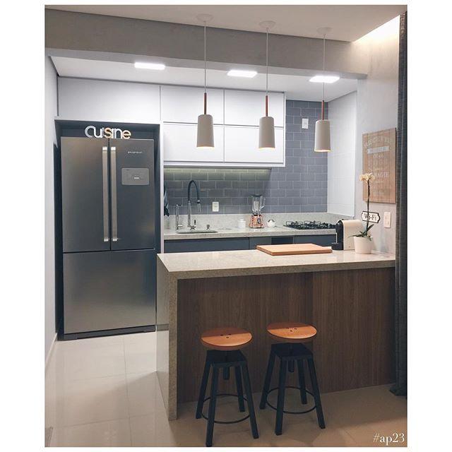 Amamos o projeto da @de_casa_nova com a nossa linda banqueta giratória Garbo! Linda cozinha moderna e funcional.