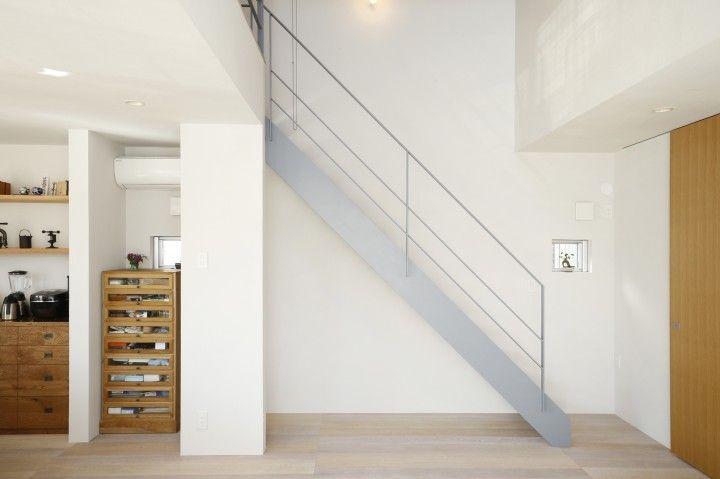 階段と手すりはアイアン素材にグレーで塗装 家 階段 手すり 木
