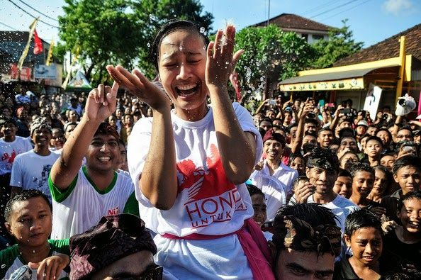 Bali Indonesia Holiday Travels: Omed-Omedan ( Kissing Festival )