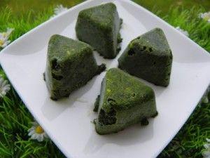 Ingrédients : 220 g de feuilles de basilic 150 g d'huile d'olive Préparation : laver les feuilles de basilic, les placer dans l'essoreuse à salade pour éliminer un maximum d'eau puis les disposer sur un linge mettre dans le bol, 100 g de feuilles de basilic...