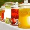 Originale wedding idea: le drink station, il tavolo delle fresche bevande. L'ideale per un matrimonio estivo.