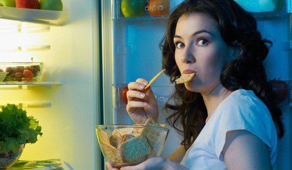 СНИЖАЕМ АППЕТИТ      1. Пейте много воды  Вы будете удивлены тому факту, как часто люди едят, когда на самом деле они испытывают жажду. Это обычное явление для мозга формировать сигнал «я хочу есть», в то время, как у вас достаточно полный желудок, и вы просто хотите пить. Если вы собираетесь перекусить по любой причине, кроме ощущения настоящего голода, попробуйте просто выпить бокал или два воды. Это поможет вам легко приструнить аппетит и насытит вас так же хорошо, но без всяких лишних…