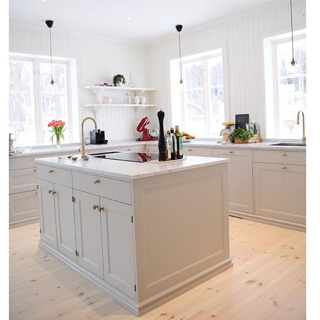 Köket är byggt med stommar av IKEA och luckor från Järfälla kök. #ikea #ikeakök #järfällakök #carraramarmor #nackabyggnadsvård #köksö