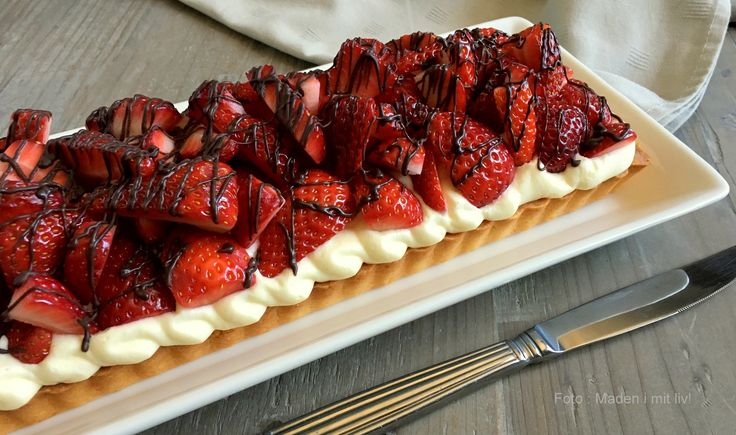 Den bedste opskrift på en lækker jordbærkage med flødecreme og mazarinbund og masser af jordbær på toppen - perfekt til eftermiddagskaffen eller dessert.