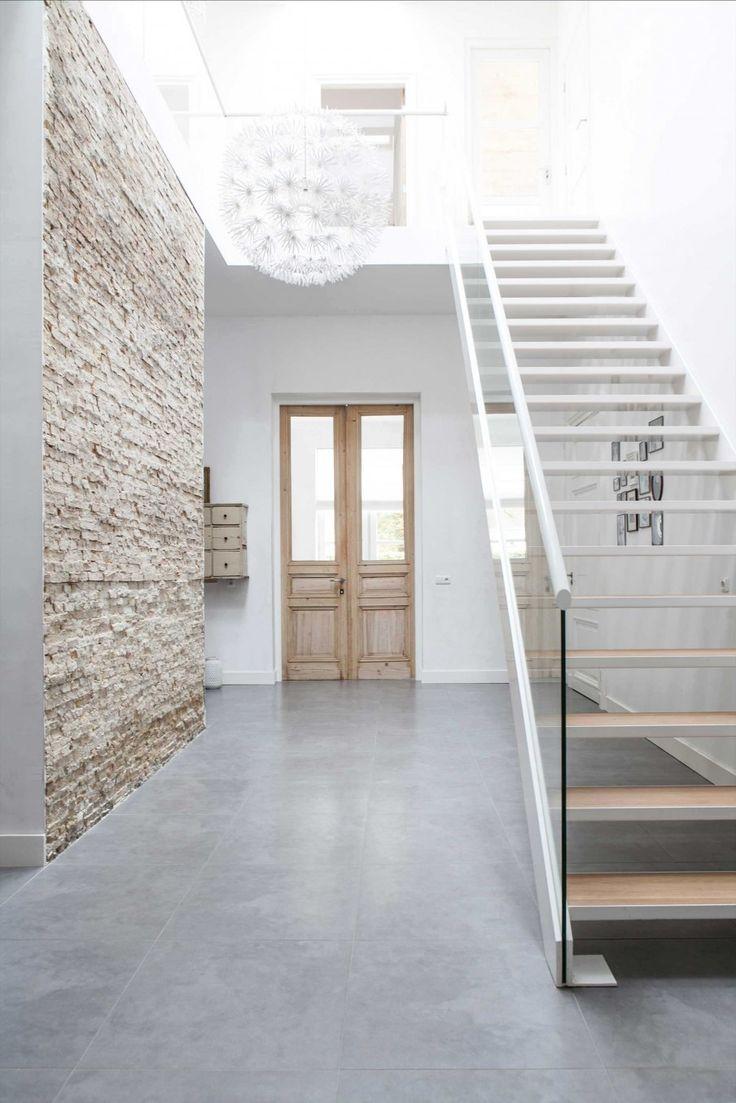 Hal met stenen muur en betonlook tegels | Hall with brick wall and concrete look tiles | vtwonen binnenkijken special 12-2017 | Fotografie & Styling Sonja Velda