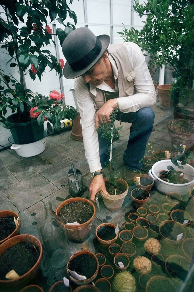 Joseph Beuys in the courtyard adjacent to his studio at the Drakeplatz in Düsseldorf © Gerd Ludwig