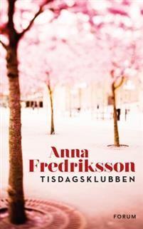 Nu eller aldrigAnna Fredriksson har tidigare skrivit tre relationsromaner som vunnit både kritikernas och läsarnas hjärtan. Nu är hon tillbaka med Tisdagsklubben, en berättelse om att befinna sig i övre medelåldern, när man hamnat i invanda relationer som inte så lätt låter sig förändras eller brytas upp. Men det är också en roman om svåra livsval och om att bli galet härligt förälskad – oavsett hur gammal man är.Karin tänker inte efter så noga när hon anmäler sig till kvällskursen i…