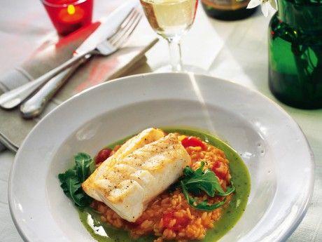Recept på fisk med tomatrisotto och basilikabuljong. Den smak- och färgrika basilikabuljongen kan göras färdig i förväg och förvaras i kyl. Vid servering ska den värmas försiktigt! Inte kokas eller värmas för länge; då finns risk att den fina gröna färgen försvinner.