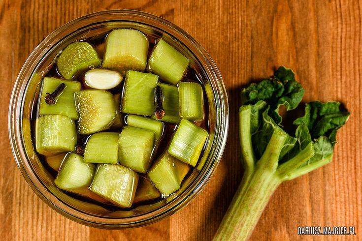 Przepis na kiszony rabarbar w miodzie. To typowa kiszonka sezonowa. Bardzo smaczna i prosta do wykonania, a przy okazji zdrowa, jeżeli nie je się jej w dużych ilościach.