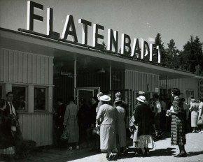 Entrén till Flatenbadet, sommaren 1937. Arkitekt Paul Hedqvist ritade badets entrébyggnad med den klassiska skylten. Badet blev mycket populärt och mellan 1935 och 1978 gick det badbussar från Stockholm och hit. Foto: Karl Sandels.