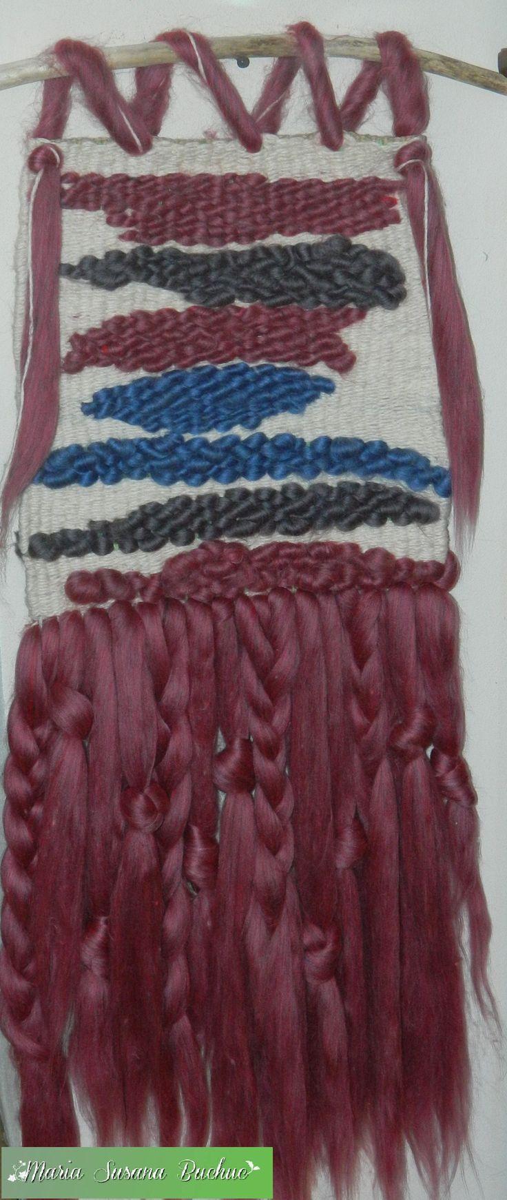 Tapiz artesanal confeccionado con técnica Alto Liso por María S. Buchuc. Con lanas rústicas y madera de la Patagonia.