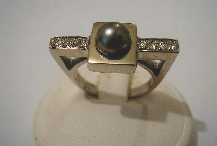 Anello in oro bianco con perla e pavé di diamanti. White gold ring with pearl and diamonds pavé.    #jewelry #jewellery #anello #ring #diamond #pearl #handmade #handmadejewelry #gioielli #gioielliartigianali #fattoamano #gold #diamondpave #sapphire #sapphires #oro #orobianco #whitegold #珠宝 #钻石 #豪华 #redgold #ororosso #yellowgold #orogiallo #ذهب #الماس #الفاخرة