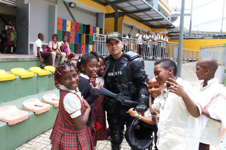 Uno de los integrantes de nuestro ESMAD, compartiendo espacios de mutuo aprendizaje con los niños del Chocó.