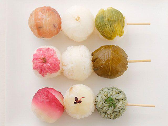 春の味覚を取り入れた、春色のかわいい、おだんごのように串に刺した手毬ずしです。