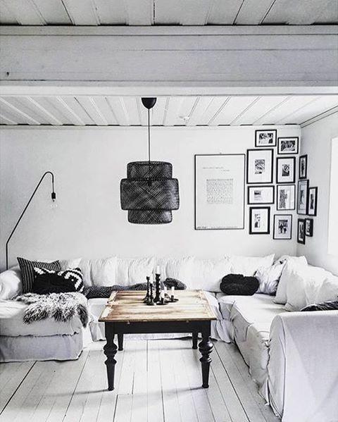 """""""Amazement awaits us at every corner"""", sa poeten James Broughton. Mycket sant – titta bara på tavelväggen hemma hos @tessjohansen!  #regram #tavelvägg #väggdekor #underbart #WallYourSelf #ramar #tavlor #inredning #svartvitt #vardagsrum #livingroom #interiordecor #homestyling #interiör"""