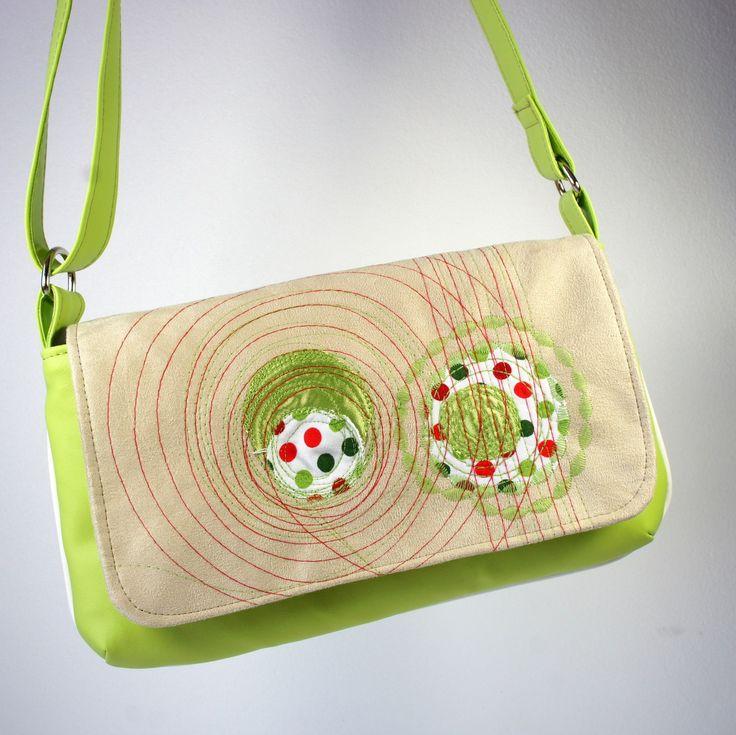 Kabelka ... do zelena Autorsky dotvorená kabelka na rameno z hnedej pevnej textílie s jemným semišovým povrchom a koženky doplená dekoratívnou aplikáciou a štepovaním. Kabelka je vybavená: - magnetickým zapínaním na príklopke - PES podšívkou kvalitne začistenou - podlepom vysokogramážnym vlizelínom - obvodovým lemom spevňujúcimi tvar kabelky - kvalitnými niklovými ...
