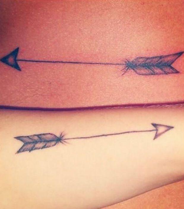Photo : Tattoo: flèche indienne sur le bras avec des détails géométriques