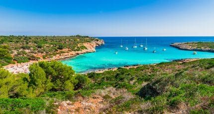 A dramatic location on the cliff of Cala Llamp, a good restaurant and excellent service make for an appealing beach club experience.