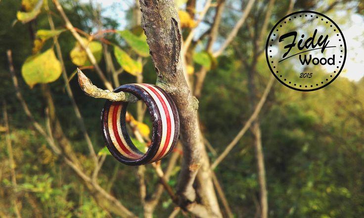 SKATE RING - DARK S(L)IDE PRSTENY VYROBENÉ ZE STARÝCH SKATE DESEK   Prsteny vyrobené ze starých skate desek je jedním z nejhezčích využití zlámaných skatů .  Vyrábíme několik základních variant ale po emailové dohodě je možno nechat si vyrobit prsten i  z vlastní desky a z volitelným průměrem.
