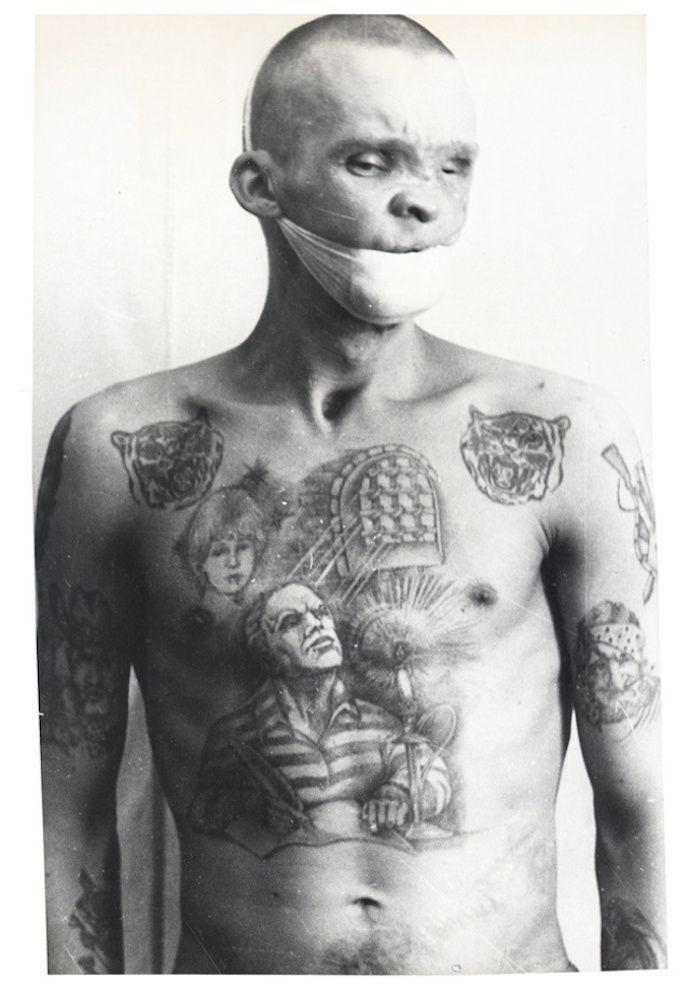 自ら刺青を彫り入れる、元警察官が撮ったソ連の囚人たちの姿 (3)