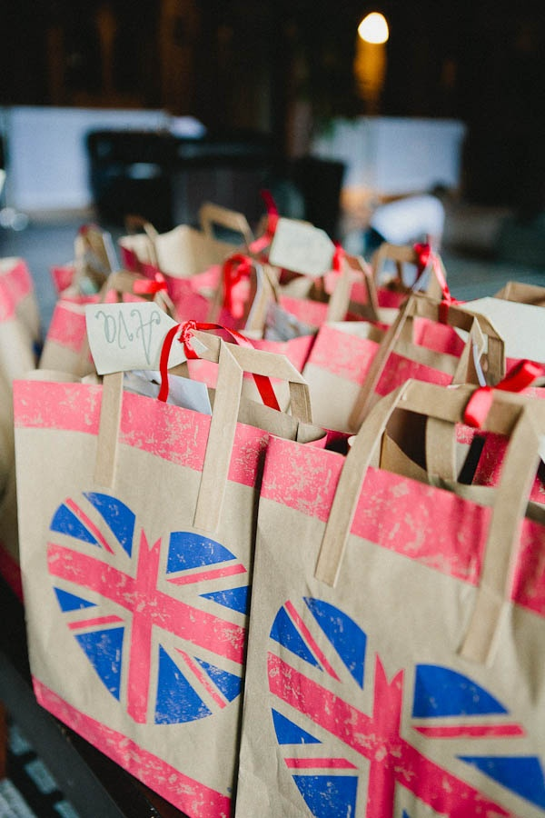 i like the paper bags for weddign favours
