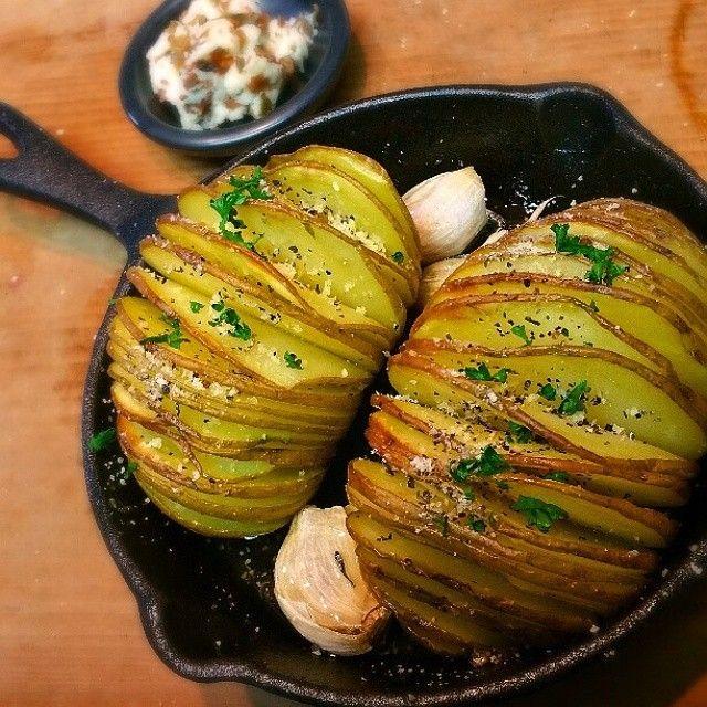 じゃがいもがふわぁ〜っとキレイにひらいている、この料理。スウェーデンのポテト料理で、アコーディオンポテトとも言われているそうです!じゃがいも料理なので、メインの付け合わせとしても人気だとか。 作り方は超簡単で、じゃがいも・オリーブオイル・塩の材料3つだけ♪簡単なのにオシャレな料理に見えちゃうところも