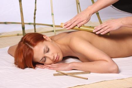 Masaż relaksujący z pałeczkami bambusowymi pomaga odżyć milionom receptorów zmysłowych na ciele poprzez zastosowanie oryginalnych technik masażu i zróżnicowanej intensywności dotyku. Dzięki zastosowaniu oryginalnego olejku będącego mieszanką wyciągów z kwiatów lotosów i lilii wodnej skóra jest aksamitnie miękka a masaż przynosi natychmiastowe odprężenie i głęboki relaks dla ciała i duszy.