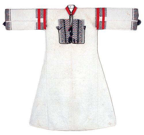 Croatia, ženska košulja iz Obrovca. Dugačka košulja (aljina) tip je klinastog ruha krojen kao košulja zvana dalmatica.