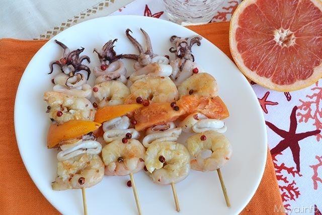 Spiedini di gamberi e calamari, scopri la ricetta: http://www.misya.info/ricetta/spiedini-di-gamberi-e-calamari.htm
