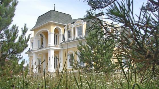 Фасад дома - центральный вход. Продажа дома в Глаголево парк по Киевскому шоссе