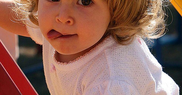 Fisiopatologia de pneumonia em crianças. A pneumonia é uma doença que afeta os pulmões e sistema respiratório de crianças. Na pneumonia, os alvéolos, pequenos sacos dentro dos pulmões que promovem a troca de gases, se inflamam e incham de fluidos, não deixando que eles funcionem normalmente. A fisiopatologia ou características físicas da pneumonia serão levadas em consideração nesse ...