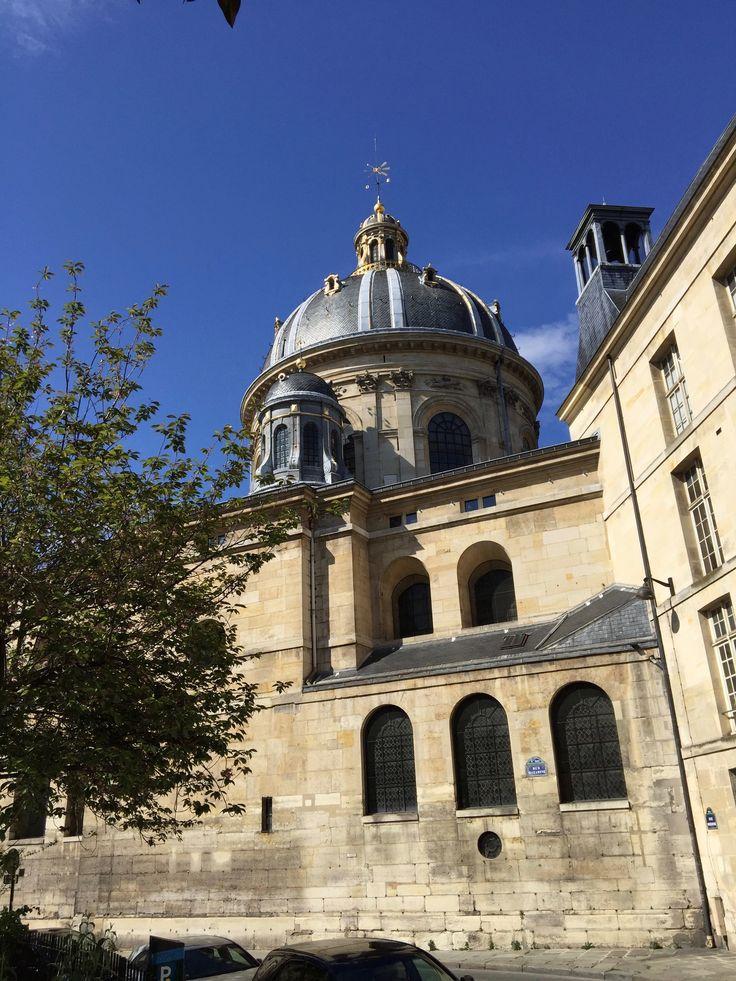 L'institut de France. Paris L'Académie des beaux-arts est une institution artistique, membre de l'Institut de France, créée par l'ordonnance du 21 mars 1816. Elle est l'héritière des Académies royales de peinture et sculpture, créée en 1648, de musique, datant de 1669, et d'architecture, fondée en 1671.