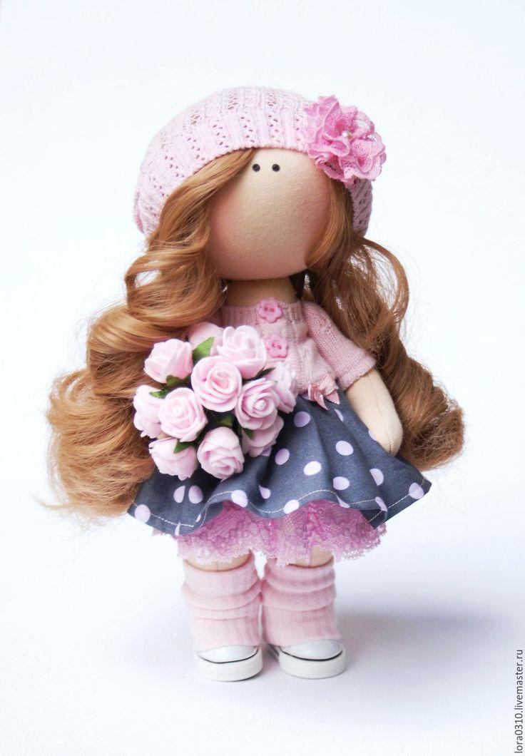 Купить или заказать Аленка в интернет-магазине на Ярмарке Мастеров. Эта нежная малышка станет незабываемым подарком вам или вашим близким.Добавит уюта в ваш интерьер.Куколка стоит самостоятельно.Можно причесывать .Шапочка съемная. В руках букет роз.