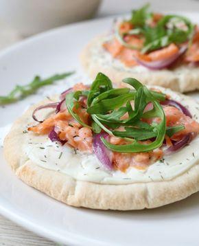 Lekker hapje voor het weekend: Pita-Pizza's! Snel klaar en super leuk om te maken, want je kan eindeloos variëren! Ik ging vandaag voor gerookte zalm, want pizza en zalm is een gouden combi a…