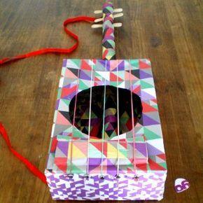 http://cartulina.es/manualidades-recicladas-guitarra/ Guitarra para niños hecha con materiales de reciclaje