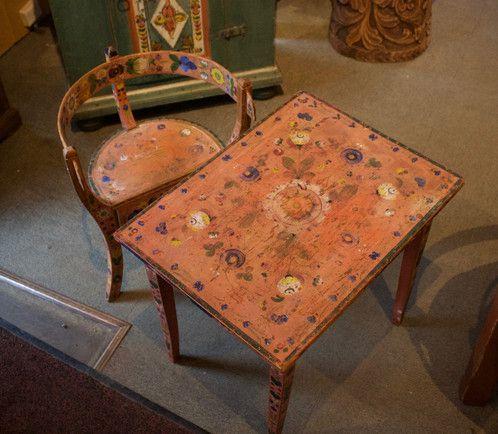antikk Barnebord med stol H: 48cm B: 40cm L: 54cm Kr. 7.800,-