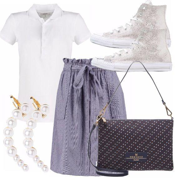 La polo è l'alternativa casual della camicia, in questo outfit abbinata ad una gonna a vita alta color jeans con una microfantasia a pois, all star satinate, borsetta blu sempre a pois e orecchino a perle super cool.