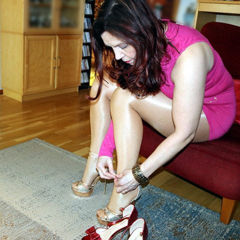 Tvrdá práce to shoechanging pro focení 😂.  #highheels #sandals #platformheels #modatoi #stilettoheels #viagiulia #legs #gambe #pantyhose #tights #collant #wolford # neon40 #miniskirt #minidress #babyphat #fashion #mode