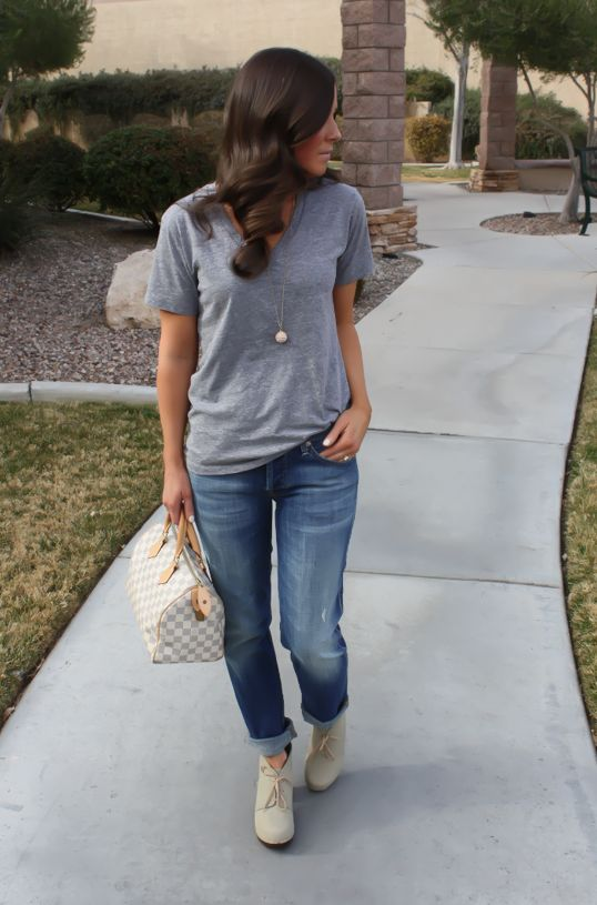 Cool casual - T, boyfriend jeans, clogs