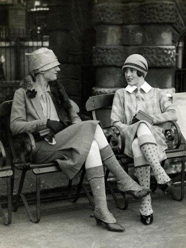 Onbekend | Slobkousen van dikke wol voor dames is het nieuwste in Schotland, nu de jachtseizoen begonnen is, Schotland 1926. Let ook op de hoeden en het  vossenbont om de vrouw links haar nek.