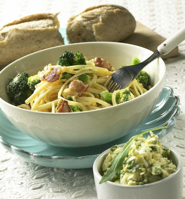 Spaghetti Carbonara er et godt middagstips og skaper alltid stor glede rundt matbordet. Servert med apetittvekkende små buketter av brokkoli får vi enda mer smak.