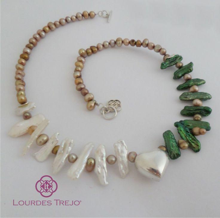 Gargantilla de finas perlas cultivadas con un corazón de plata 925 al frente. Lindo y femenino