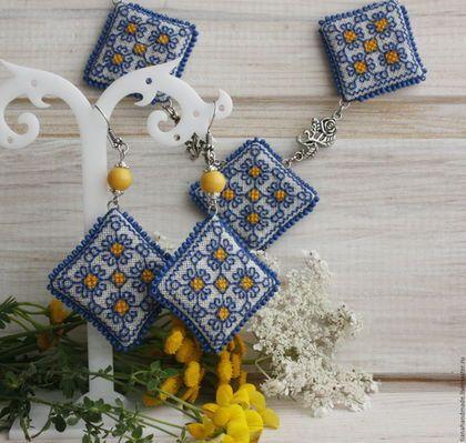 Ожерелье и серьги сине-желтые с ручной вышивкой