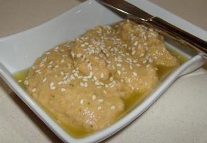 Všechny ingredience smícháme, rozmixujeme nebo rozmačkáme. Dáme do misky, zalijeme olivovým olejem a poprášíme paprikou. (V oleji mohou být osmažené k...