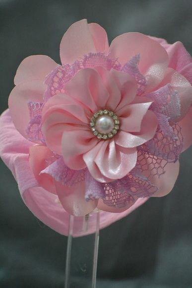 Faixa de Meia de Seda com Flor de Cetim e Renda.  Disponível nas cores: Azul Bebe, Rosa Bebe, Lilás e Branco. R$ 20,00