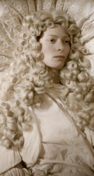 """""""En la segunda mitad de la película, Orlando se convierte en mujer. Una escena onírica donde el protagonista se acuesta vestido de blanco al estilo de la moda francesa impuesta por Luis XIV, sin quitarse la voluminosa peluca in folio, para despertarse convertido en mujer."""""""